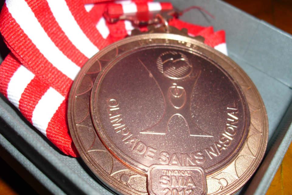 Medali simbol juara Fisika