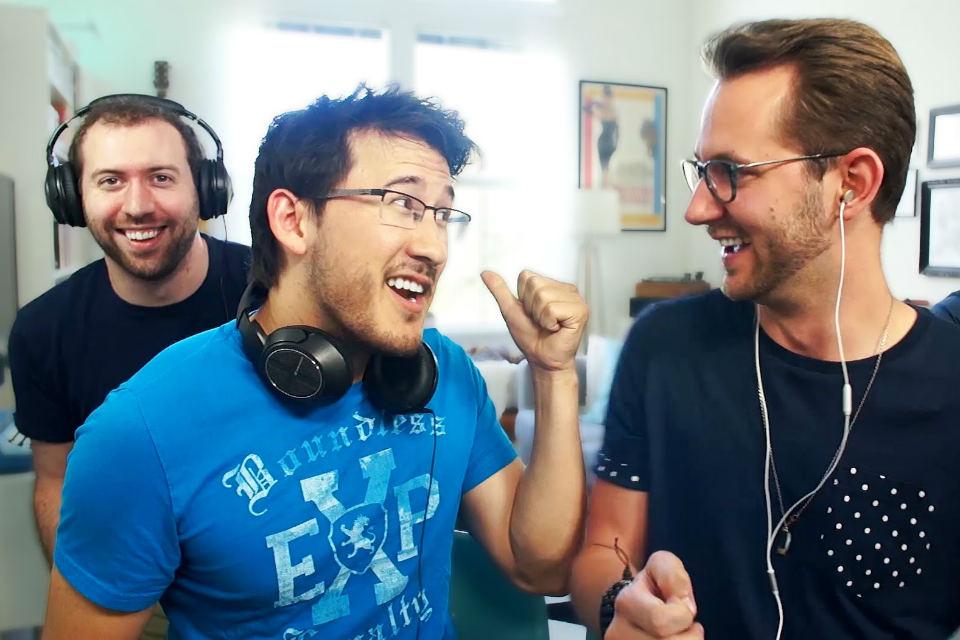 Youtubers melakukan permainan Whisper Game
